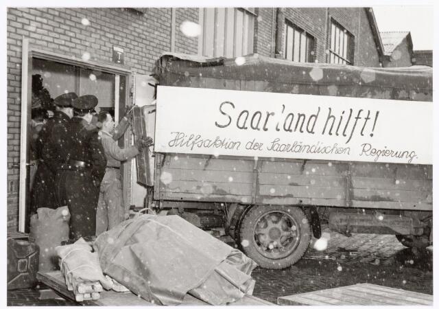039343 - Volt. Zuid. Hulp-afdelingen, Sociale Zaken, Zorg. Watersnoodramp van 1 februari 1953 in Zuid/west Nederland.   De door Volt ter beschikking gestelde verzamelruimte voor hulpgoederen werd niet alleen uit Nederland bevoorraad, doch ook uit Frankrijk, Zweden en Duitsland. Op de foto een zending uit Duitsland.