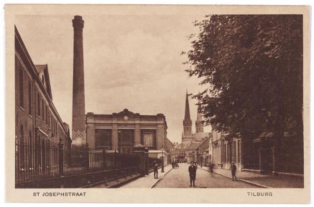 001353 - St. Josephstraat, links de fabriek van de N.V. Wollenstoffenfabriek Beka (van den Bergh-Krabbendam), gebouwd in de jaren 1841-1846 als lanciers- of kavaleriekazerne in opdracht van koning Willem II. Op de achtergrond de schoorsteen en het ketelhuis van deze fabriek. Ook het fabriekje rechts achter de bomen, nu bekend als het Duvelhok, werd in 1911 eigendom van de firma Van den Bergh-Krabbendam.