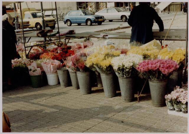 040648 - Markt op het Koningsplein (1979) bloemenkraam