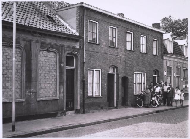 024084 - Buurtbewoners poseren in de Anna Pauwlonastraat temidden van leegsstaande slooppanden