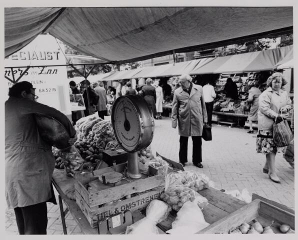 040623 - Woensdag markt op het Besterdplein. Kraam met groenten.