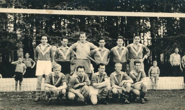 800116 - Sport. Voetbal. Voetbalvereniging R.K.S.V. Taxandria in Oisterwijk. Elftal voor het doel in 1958-59.