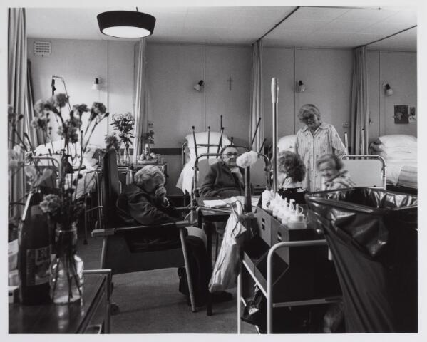 041777 - Elisabethziekenhuis. Gezondheidszorg. Ziekenhuizen. Patiëntenkamers in de paviljoenen van het St. Elisabethziekenhuis tijdens de schoonmaakronde