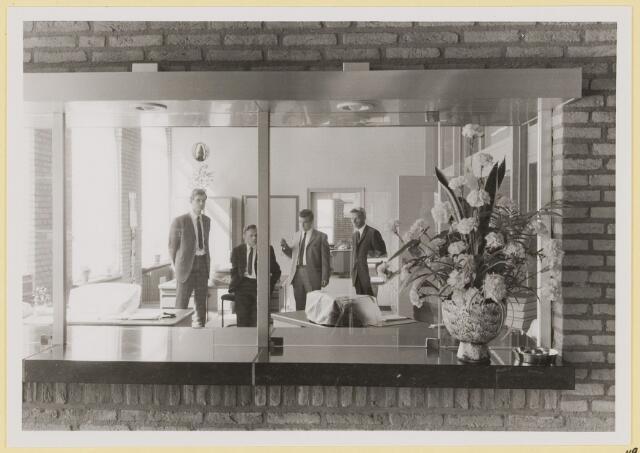 073019 - Opening gemeentehuis door de Commissaris van de Koningin Kortmann. Loket afdeling Bevolking. Van links naar rechts Harrie Poirters, Herman Vergeer, Albert van de Werf en Geert Moorman.