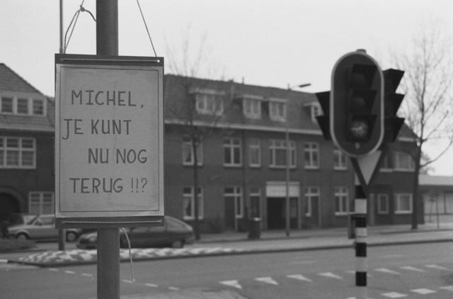 """TLB023002616_002 - Een close-up foto van een bord vastgemaakt op een paal met als tekst """"Michel, je kunt nu nog terug """""""