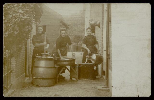 91829 - Wagenberg. De drie vrouwen op deze foto zijn bezig met respectievelijk het overgieten van de rauwe melk, het kaasmaken en het karnen (boter).