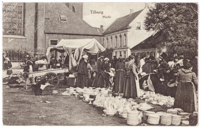 002366 - De vrijdagse markt rond de kerk van het Heike. Op de voorgrond verkoopsters van aardewerk, meestal afkomstig uit de fabrieken van Petrus Regout te Maastricht. Achter de kerk de kruidenierswinkel van J.C.J. Bronsgeest, rechts daarvan het café-bodehuis van A.G. Schuurmans, afgebroken in 1964.