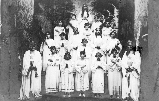 065704 - Groep bruidjes na afloop van een processie.