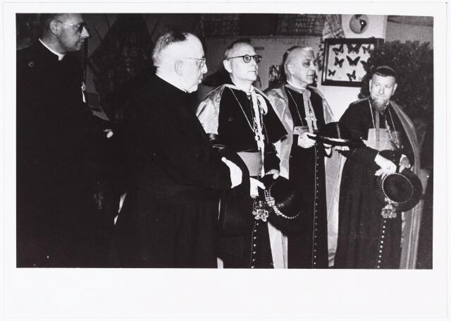 008620 - Aandenken aan de missietentoonstelling van 1949. Op de foto kapelaan Meulemans van parochie Heuvel later pastoor Heikant, pastoor Jansen, mgr. Pessers en mgr. Van Valenberg.