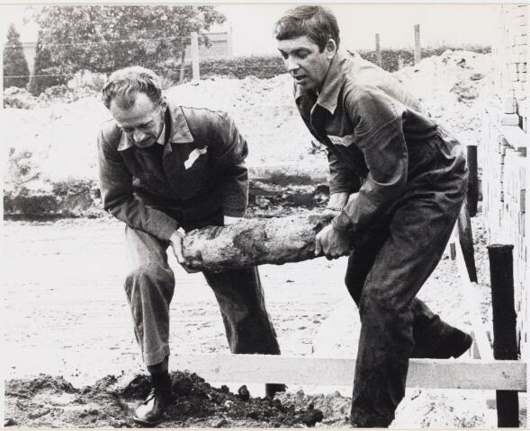 101897 - WO2 ; WOII ; Tweede Wereldoorlog.  Dorst. Mijnopruimingsdienst kapitein Kruijswijk en Smid verwijderen een granaat uit een bouwput.