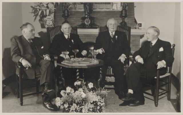 045048 - De directie van de firma Pessers-van Zuylen met twee jubilerende werknemers. Van links naar rechts Jan Pessers, Janus Janssen, Jan van Huijkelom en Harrie Pessers.
