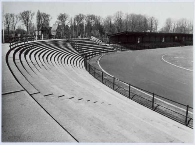 019710 - Staan- en noodtribune (rechts) van het gemeentelijk stadion in 1954. Op de achtergrond de Goirleseweg