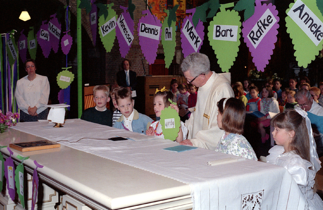 655294 - Eerste Heilige Communie viering in de Tilburgse Sacramentskerk op 14 april 1991.