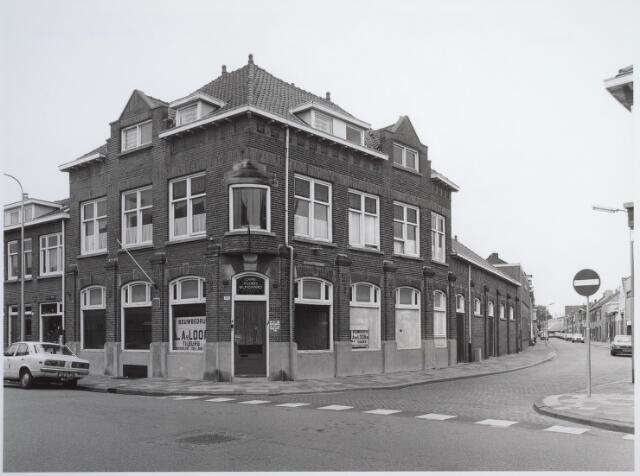 026591 - Molenstraat 100, hoek Noord-Besterdstraat. Het café heette In den Wijngaerd en in de jaren `60 van de vorige eeuw was Wil Brocken er de kastelein. In de zaal erachter was soos/muzikantencafé La Vigne gevestigd, waar op zondagmiddag lokale beatgroepen optraden.  In 2005 wordt dit pand gesloopt om plaats te maken voor 22 tweekamer-appartementen door ontwikkelaar J. Verhagen vastgoed.