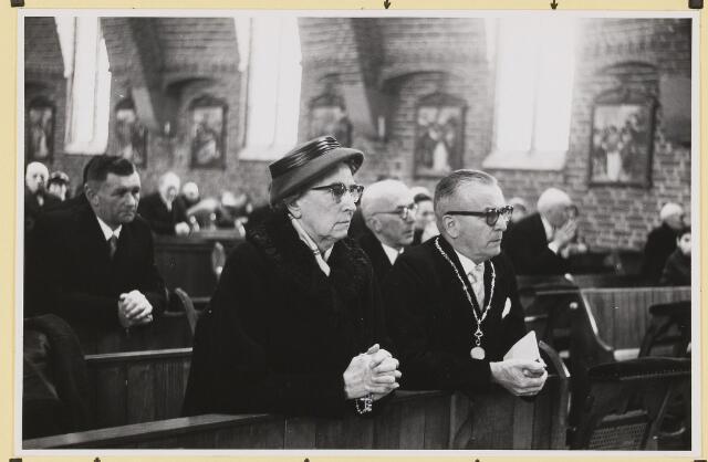 072858 - Afscheid burgemeester J.H. Bardoel.  Plechtige mis in de kerk van St. Jan's Onthoofding. Het echtpaar Bardoel-Scheppers. Links: Adrianus Jonkers. Achter het echtpaar: A.v.Gils en J. v. Gils.