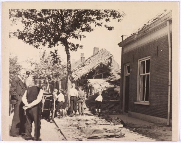 013546 - WOII; WO2; Tweede Wereldoorlog. Bombardement. Bominslag in enkele huizen in de St. Josephstraat, hoek Hoogvensestraat op 31 juli 1942, veroorzaakt door Duitse bommen.