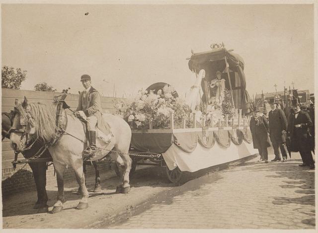 100197 - Huis van Oranje. Praalwagens tijdens het regeringsjubileum.