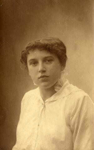 092274 - Geertruda Cornelia Maria Snels, geboren te Goirle op 26 maart 1889 overleed in het ziekenhuis te Tilburg op 19 september 1963. Zij was een dochter van Cornelis Snels en Johanna Klijs en trouwde met Antonius Maria Benedictus van Croonenburg.