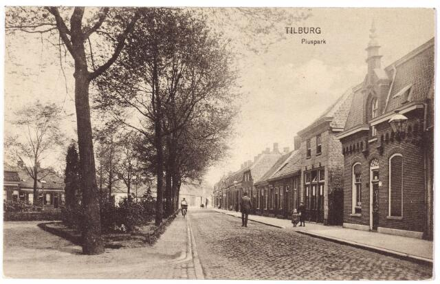 001973 - Piusstraat richting Piusplein. Links het toenmalige Piuspark.