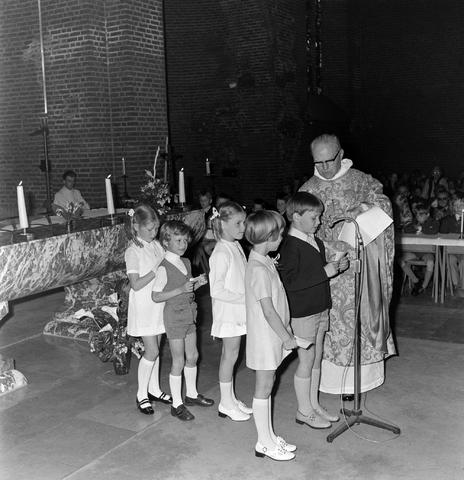 1237_012_983-4_004 - Religie. Kerk. Communicanten. De eerste Heilige Communie in de Maria Boodschap kerk in Goirle in mei 1971.