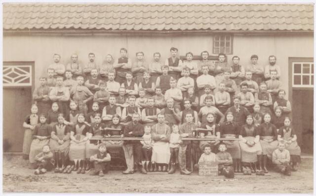 038461 - Schoenindustrie. Personeel firma J. Mannaerts Schoenfabriek Oude Lind (1889). Vooraan midden: J.H.M. Mannaerts-Pessers (1885-1969), P.J. Mannaerts-Piters, H.A.J. Mannaerts-Muyldermans (geb. 1886) J.J. Mannaerts (1855-1933).