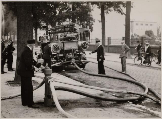 103696 - Brandweer. Brandweer oefening aan de Bredaseweg. vlnr: Janssen, de Natris, J.J. Haarselhorst (1870-1968), Preusting.