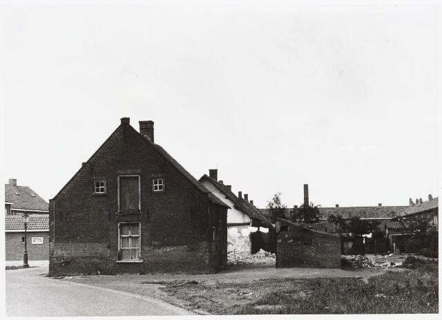 028055 - Stadsvernieuwing: Woning voor afbraak bestemd aan de Veldstraat 16, thans Pastoor van Beurdenstraat