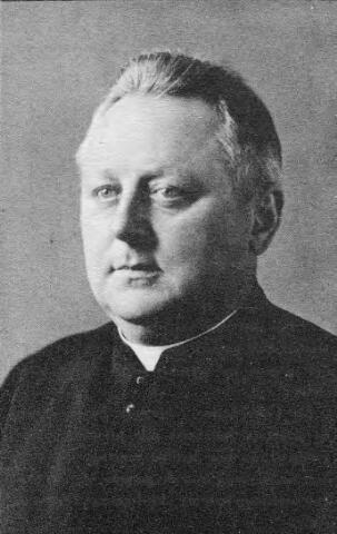 066333 - Hubertus Cornelis Schoenmakers, geboren te Raamsdonk op 19 februari 1889, werd priester gewijd op 17 mei 1913 en overleed in het St. Adrianusgesticht te Raamsdonk op 23 juni 1958. Hij was achtereenvolgens kapelaan te Geldrop, Eindhoven en Helmond, daarna rector van het moederhuis van de congregatie van de liefdezusters van O.L.V. Moeder van Barmhartigheid (Oude Dijk) en tegelijkertijd rector van de kweekschool van deze congregatie. Van 5 mei 1933 tot aan zijn emeritaat op 1 oktober 1955 was hij pastoor van Loon op Zand.