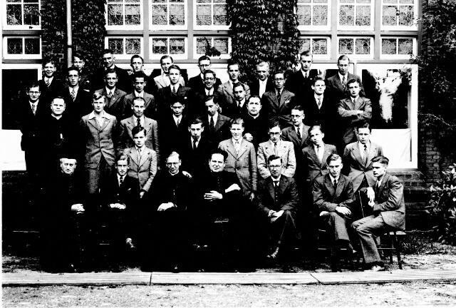 048512 - Odulphus. Leerlingen van de gymnasiumopleiding van het St. Odulphuslyceum op retraite in Vught.