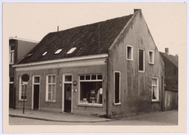 025108 - Panden Lange Nieuwstraat 219 (rechts) en 221 (links) halverwege 1964. Rechts de Stedekestraat