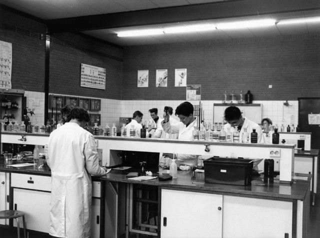 1238_F0256 - Onderwijs. Leerlingen aan het werk in een scheikundelokaal.