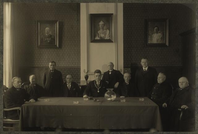 068580 - Gemeenteraad van Berkel-Enschot in 1929, gefotografeerd in de raadszaal van het oud gemeentehuis aan de Burgemeester Brendersstraat. Van links naar rechts: C. van de Meydenberg, A. van Rijswijk(wethouder), J. van Rijswijk, Jos. den Otter (gemeentesecretaris), burgemeester A. Panis, J. van de Pas (gemeente-ontvanger), Jan Bertens (wethouder), G. Roodklif, Martien Schapendonk en Kees Piggen.