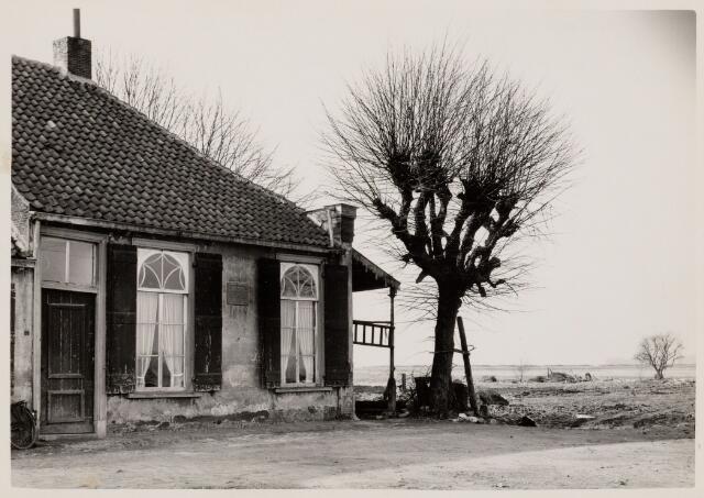 102120 - Oud havenhuis aan de Havenweg. In de oost-gevel van het pand zit een steen met het jaartal 1778; Hier woonde de havenmeester; het huis stond aan de kop van de gedempte haven en is gesloopt in 1960