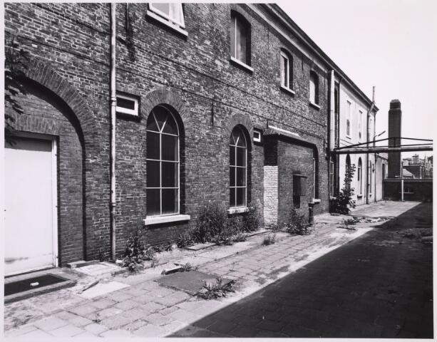 023327 - Achterzijde van het voorste deel van de voormalige lancierskazerne aan de St. Josephstraat. Nadat wollenstoffenfabriek Beka het pand had verlaten, raakte het enigszins in verval, maar werd gerestaureerd en omgebouwd tot een kantoorcomplex