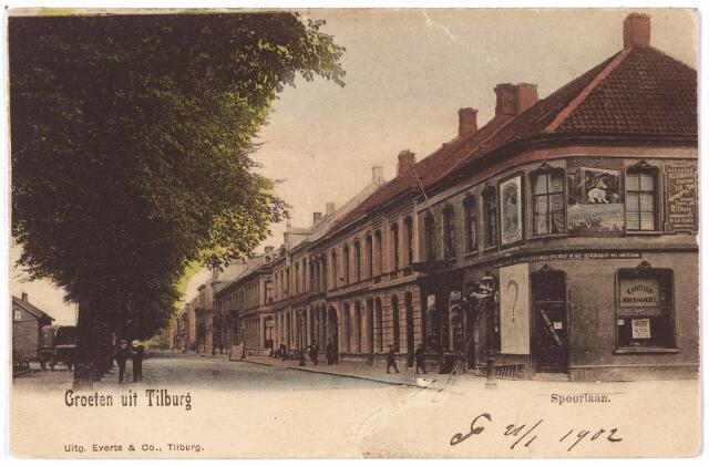 002183 - Spoorlaan met het hoekhuis aan de Stationstraat. Tot 1911 zat er de 'Tilburgsche Handelsdrukkerij'. Rechts op de gevel aan de Stationstraat een reclamebord van het 'algemeen assurantiekantoor' van Laurent van Dun. Dit kantoor zat aan de Tuinstraat M1276.