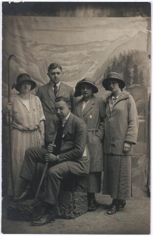 004784 - Staande links Bernardine en Laurent JANSSENS in Lourdes in 1922. Twee andere namen die op de achterkant van de foto staan zijn: Jolie Janssens en Blanca Arnold.