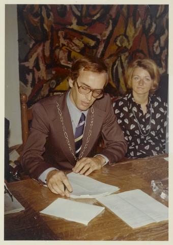 89046 - Installatieplechtigheid in de Hervormde kerk Terheijden: nieuwe burgemeester J. van Maasakkers met echtgenote.