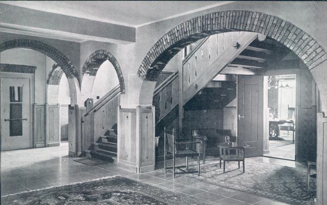 651381 - Mariëngaarde. Tilburg. De Hal van het hoofdgebouw met links de lift, in het midden de houten bewerkte trap en naast de trap onder de boog een zitje.