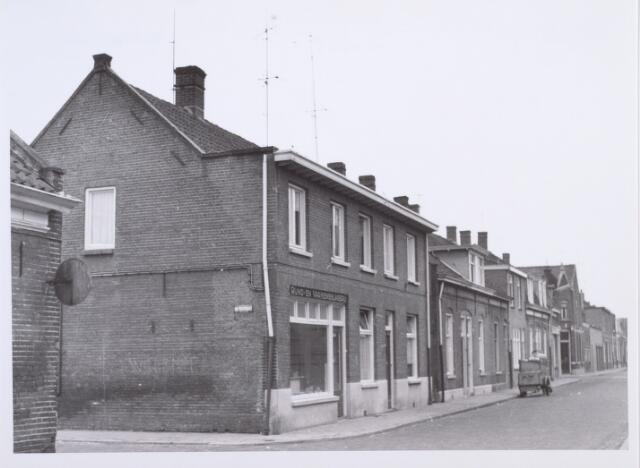 014090 - Winkelpand/slagerij op de hoek van de Roggestraat en de Akkerstraat. De slager heette Jan van Bebber, maar in de buurt was de slagersvrouw beter bekend, nl. Anneke Zoontjes.