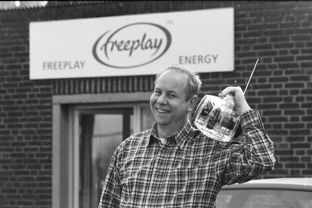 1237_002_225_002 - Portret van een man met draagbare radio voor Freeplay Energy in april 2000.