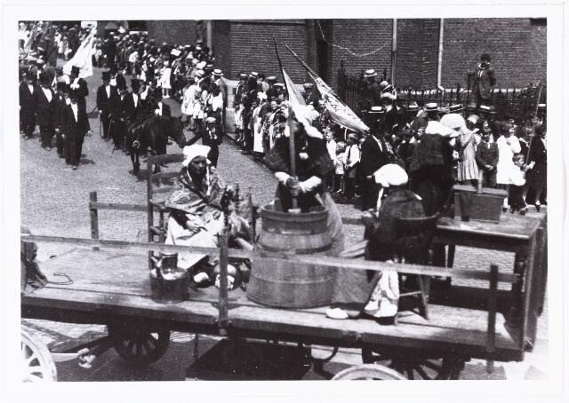 008592 - Folkloreschouw op 21 juli 1929 op de Oude Markt op de hoek van de Heikese kerk voor het stadhuis, gefotografeerd door Henri Berssenbrugge (1873-1959). Vrouwen met karnton.Onderdeel van reportage, zie nrs. 8583 t/m 8598.