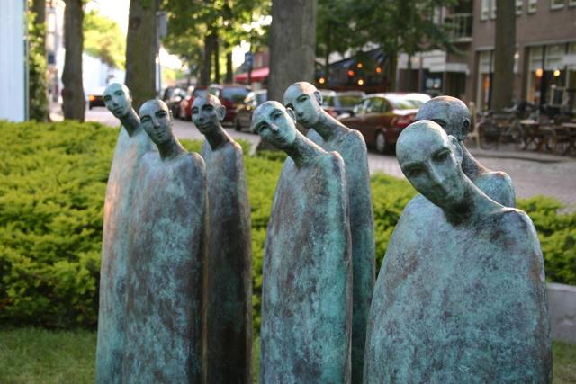 657210 - Kunst en cultuur. Oisterwijk Sculptuur. Een beelden tentoonstelling in de buitenlucht langs De Lind in het centrum van Oisterwijk.