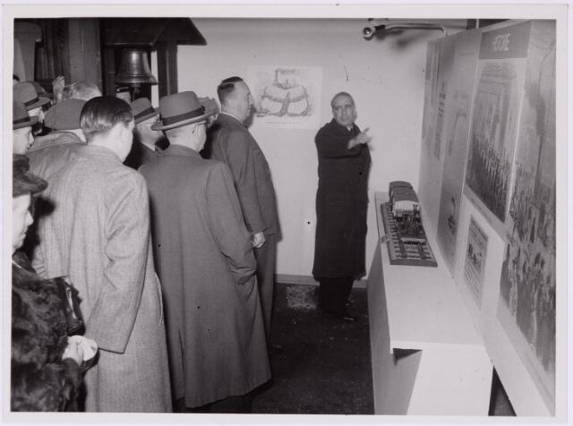 """036774 - Spoorwegen: Electrificatie-tentoonstelling N.S. Stand """"Historie"""" ; wethouders Hogers en Appels en burgemeester M. de Vet"""