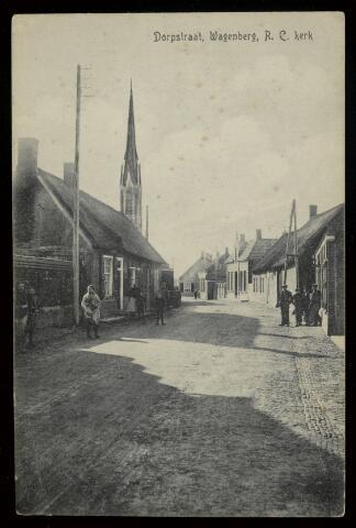 91835 - Dorpstraat, nu Brouwerijstraat, Wagenberg met de Rooms Katholieke Sint Gummaruskerktoren  op de achtergrond. De panden links en rechts zijn in 1924 afgebrand.