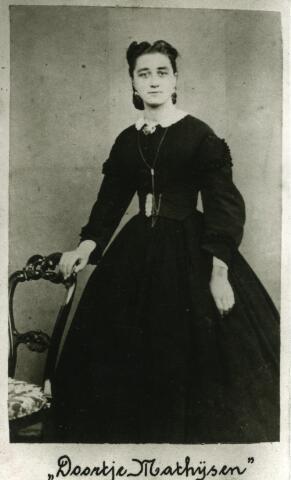 092920 - Dorothea Maria Cornelia (Doortje) Mathijsen (1841-1927), stichteres van het klooster van de zusters van O.L.V. Visitatie, in haar ouderlijk huis aan de Zwijsenstraat in Tilburg. Zij trad zelf in bij deze zusters en kreeg de kloosternaam Johanna Salesia. Zij was een dochter van Hendrik Zeger Mathijsen.