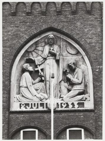 067883 - GEDENKSTEEN boven de hoofdingang van het Klooster/Missiehuis van de paters van het H. Hart, Bredaseweg 204. Gemaakt door de steenhouwer Leander PETIT (Tilburg 1908-1987) en Toon van EIJNDHOVEN (Antwerpen 1903-1990). Materiaal: Franse zandsteen. Het ikonografisch ontwerp is van de Tilburgse architect Frans de BEER (1873-1960). Geschenk van de bevolking bij het 50-jarig verblijf in Tilburg van de Paters van het H. Hart in 1933. De voorstelling heeft betrekking op het zendingswerk van de congregatie. Trefwoorden: Kunst, openbare ruimte.