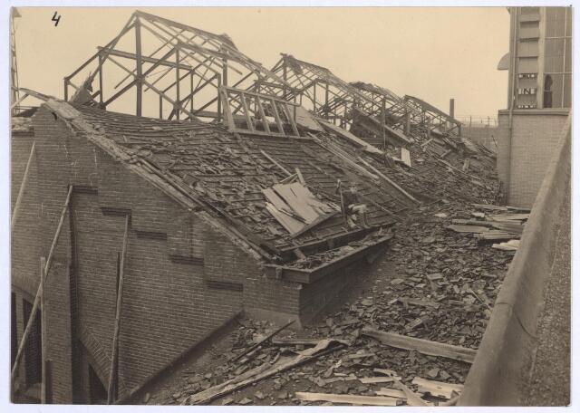 025223 - Tijdens de storm van eind januari 1953 werd ook een gebouw van de gasfabriek aan de Lange Nieuwstraat beschadigd