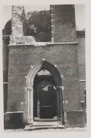 082222 - WOII; WO2; Hoofdingang kerk. Kort voor de bevrijding werd de kerktoren door de terugtrekkende Duitsers opgeblazen. Men was bang dat deze toren door de geallieerden werd gebruikt als uitkijktoren voor de artillerie.