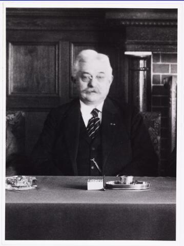 007719 - Uit de groepsfoto gemeentebestuur Eug.nr van Roessel Wethouder. 1923