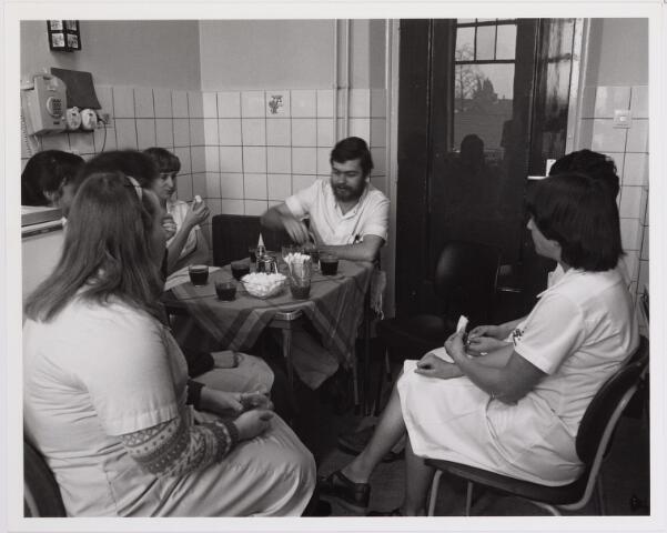 041830 - Elisabethziekenhuis. Gezondheidszorg. Ziekenhuizen. Personeel in een van de koffiekamers van het St. Elisabethziekenhuis.